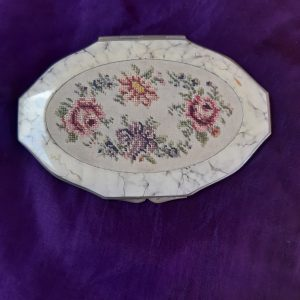 Oval petit point compact